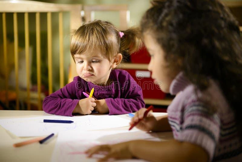 子项和乐趣,画在学校的学龄前儿童 图库摄影