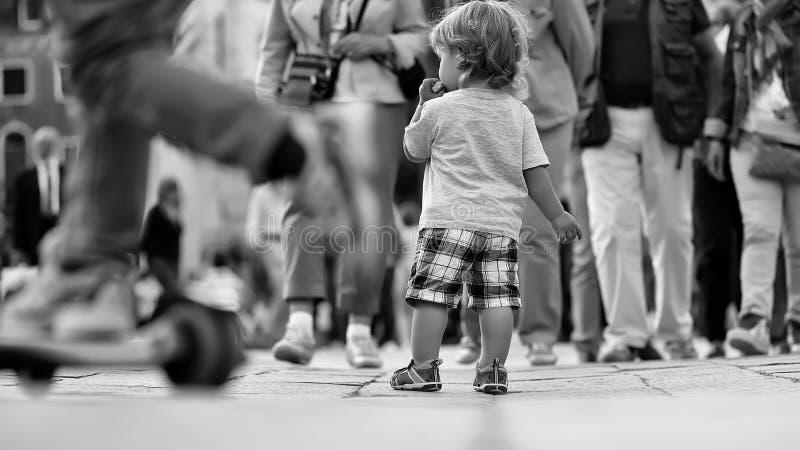 子项失去 吃小圆面包的男婴 免版税库存照片