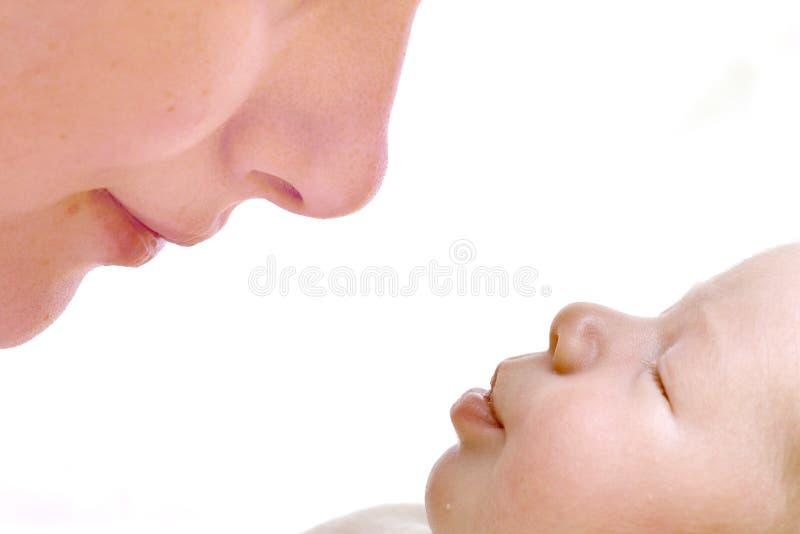 子项她亲吻的母亲 免版税库存照片