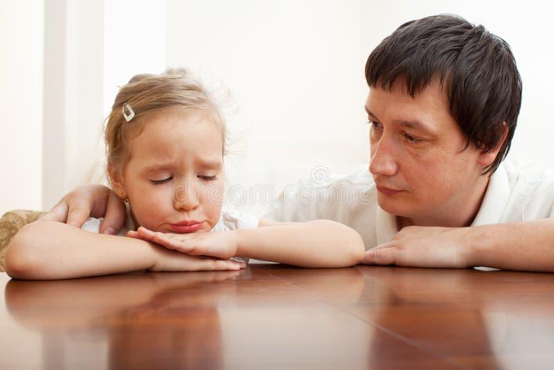 子项安慰哀伤的父亲 图库摄影