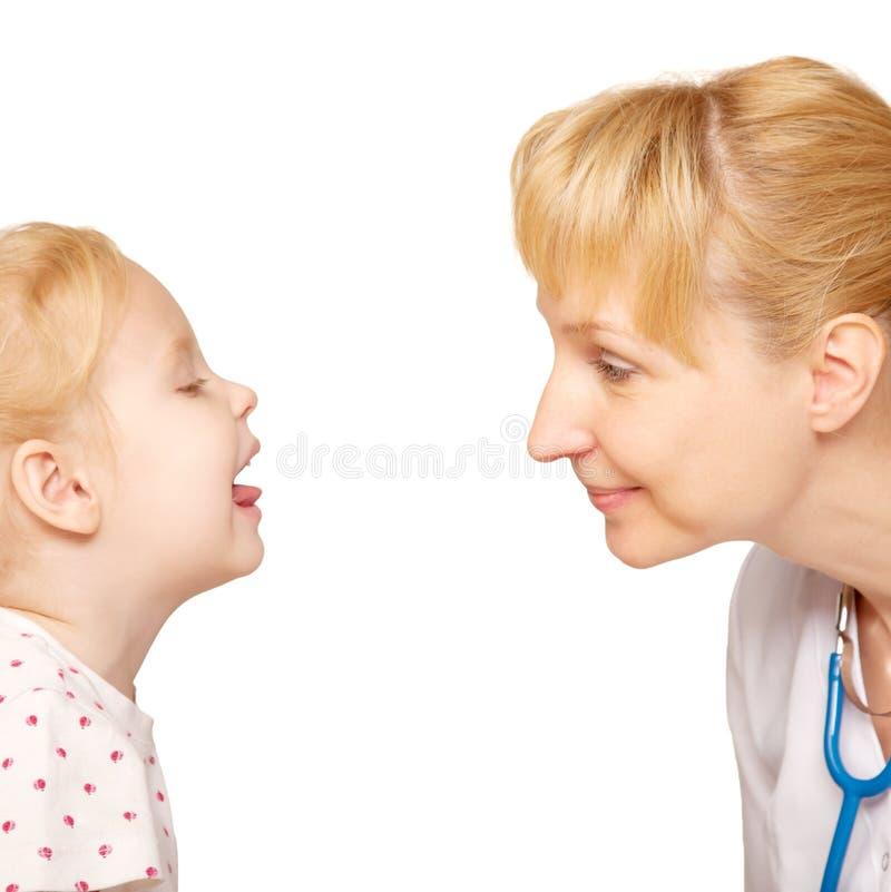 子项的医生检查的喉头 免版税库存图片