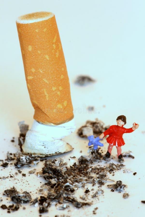 子项穿上保护抽烟t 免版税库存照片