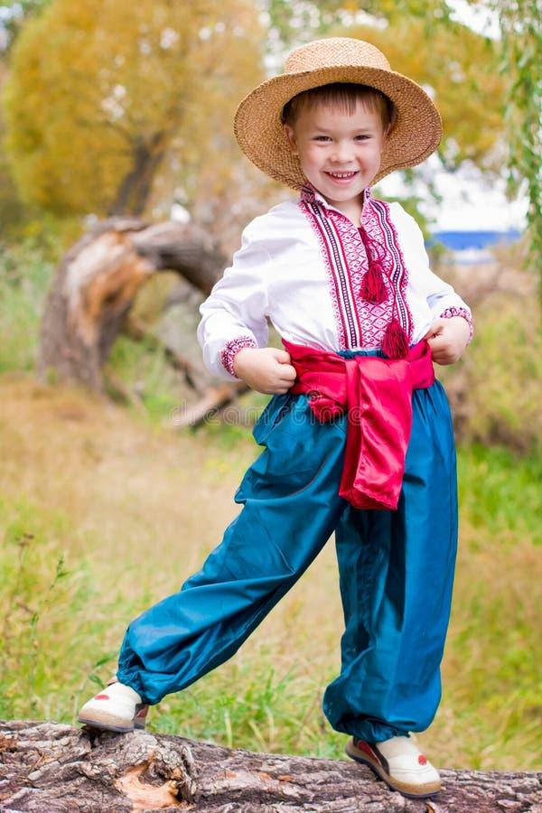 子项给逗人喜爱东欧传统穿衣 图库摄影