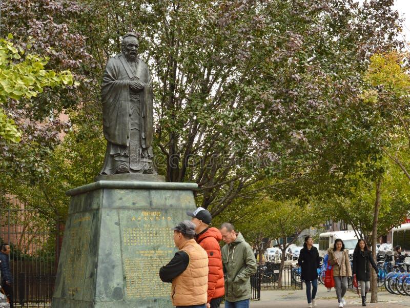 孔子广场在象亭子的街道下东城NYC曼哈顿纽约街道上的唐人街雕象 库存照片