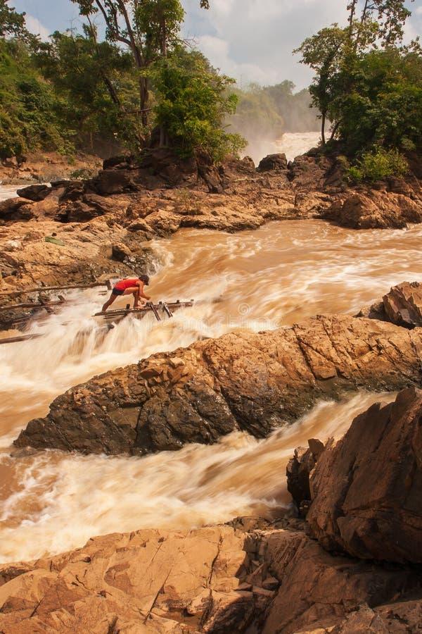 孔恩瀑布急流的老挝渔夫湄公河的 孔恩瀑布是最大在东南亚旅行 图库摄影