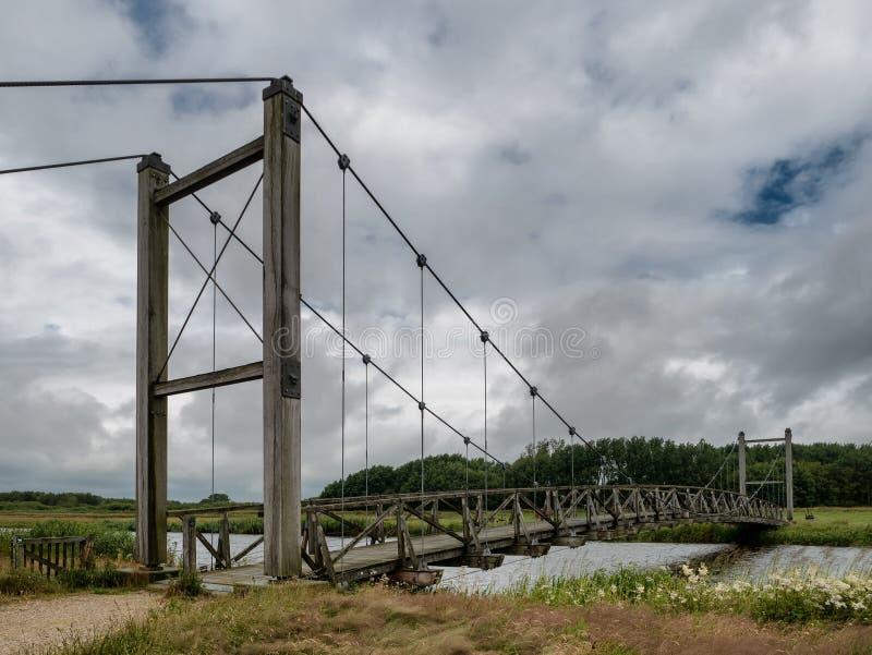 孔汉斯吊桥在Skjern草甸,丹麦 库存图片