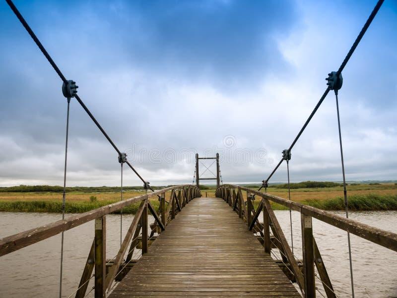 孔汉斯吊桥在Skjern草甸,丹麦 免版税图库摄影