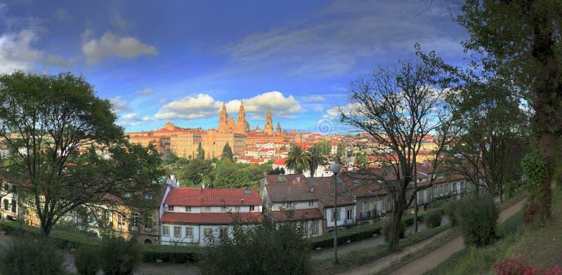 孔波斯特拉的圣地牙哥大教堂看法从阿拉米达公园的在孔波斯特拉的圣地牙哥,西班牙 免版税库存图片