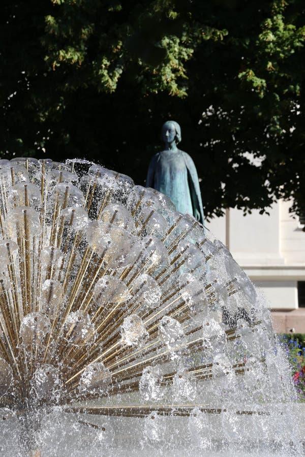 孔雀喷泉和雕象国家戏院外 免版税库存图片