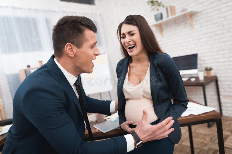 孕妇在办公室体验劳方 女孩在办公室诞生 库存图片