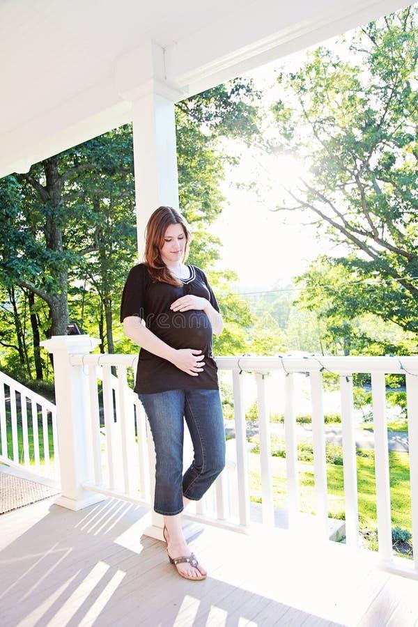 孕妇在家 免版税图库摄影