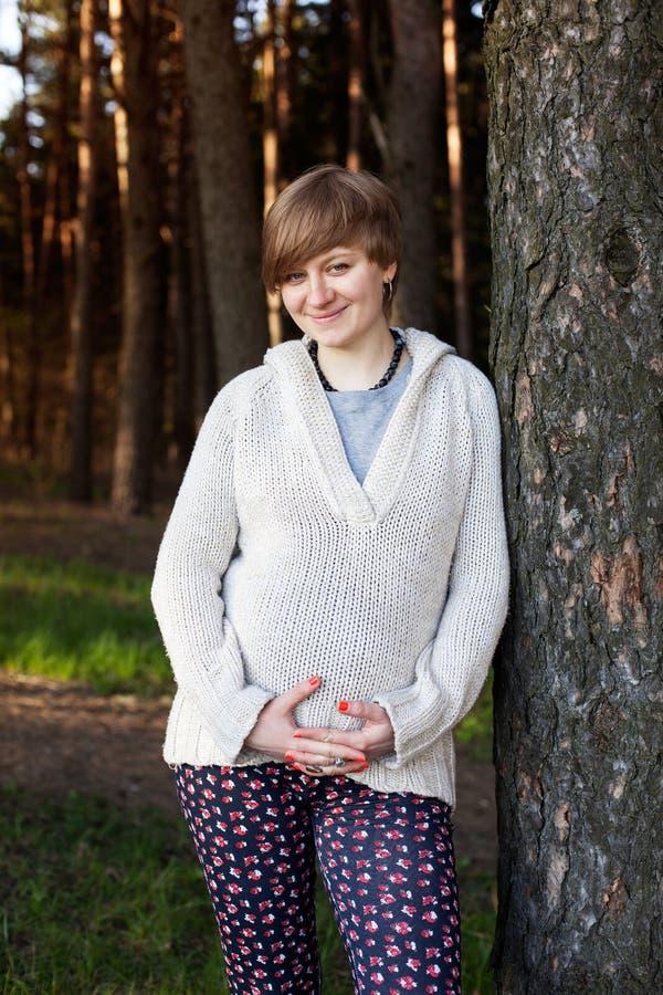 孕妇在森林里 库存图片
