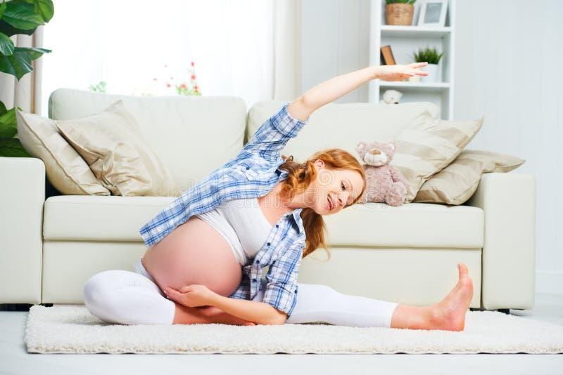 孕妇实践的瑜伽和健身在家 图库摄影