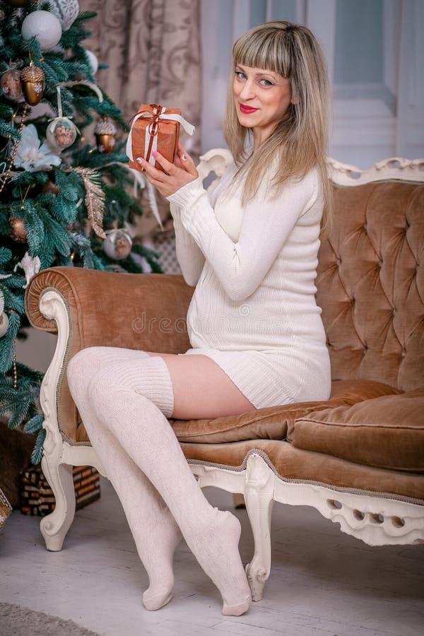 孕妇新年礼物 库存照片