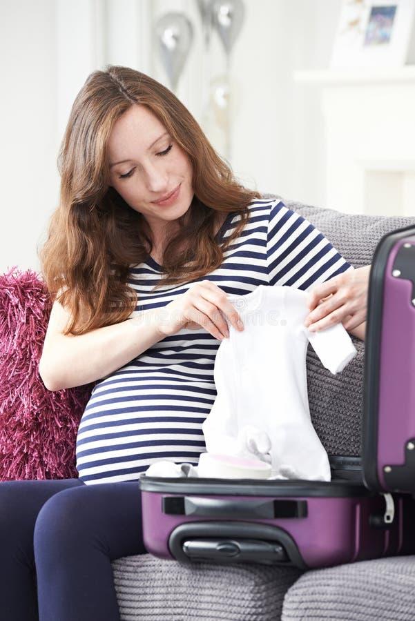 孕妇旅行的包装手提箱到医院 库存照片