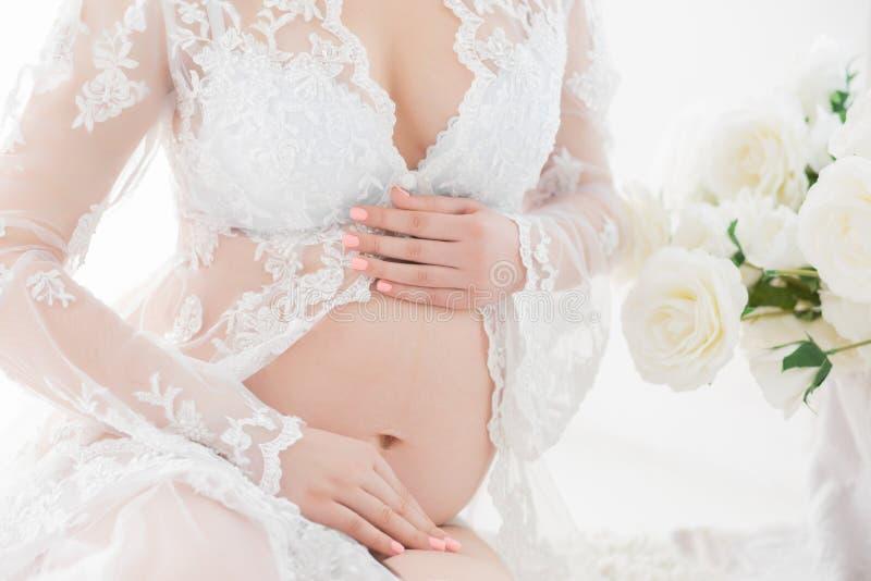 孕妇特写镜头的腹部 免版税库存照片