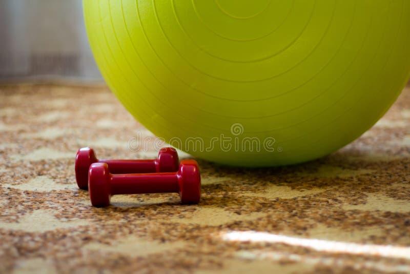 孕妇的球哑铃 免版税库存照片