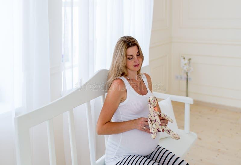 孕妇的画象白色的 库存照片