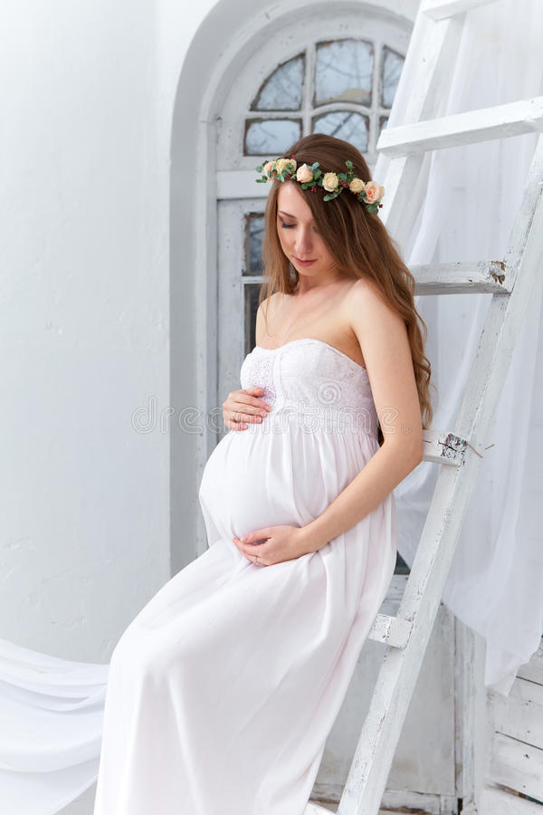 年轻孕妇的画象 免版税库存照片