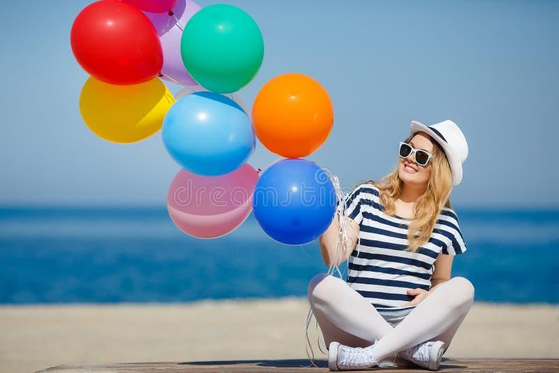 孕妇画象有太阳镜和帽子的 免版税库存图片