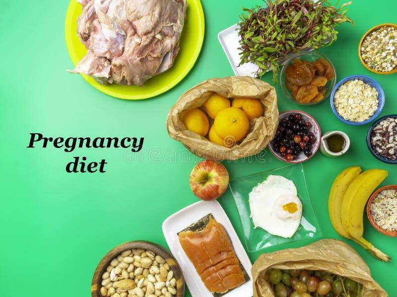 孕期和营养、孕妇健康饮食,富含铁、钙、蛋白、维生素、矿物质、叶酸维生素 图库摄影