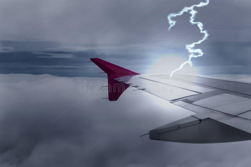孕腹轻松飞机突击飞机翼在黑暗的天空的 免版税图库摄影
