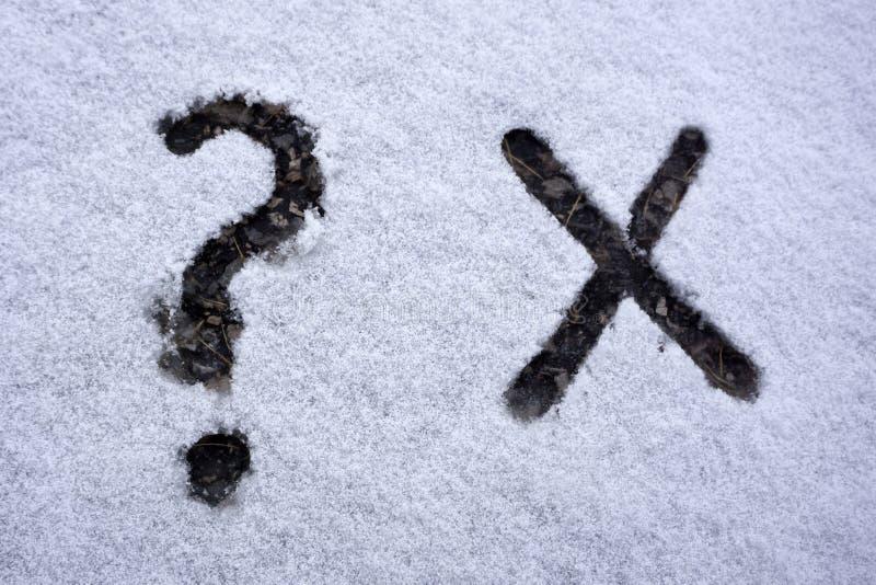 字母表x通过由五颜六色的玻璃珠和标点符号做的Z在白色背景 免版税库存照片