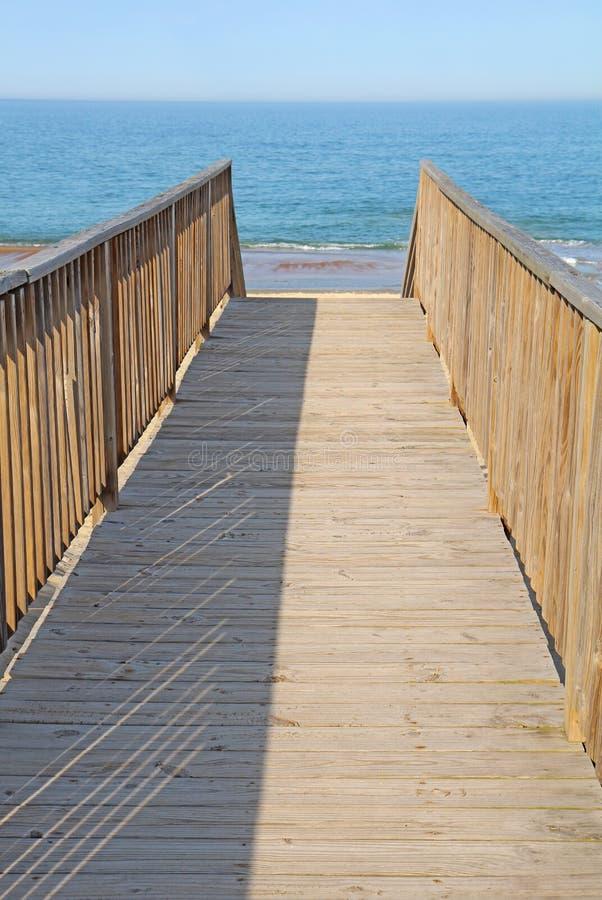 存取海滩公共到垂直的走道 免版税库存图片