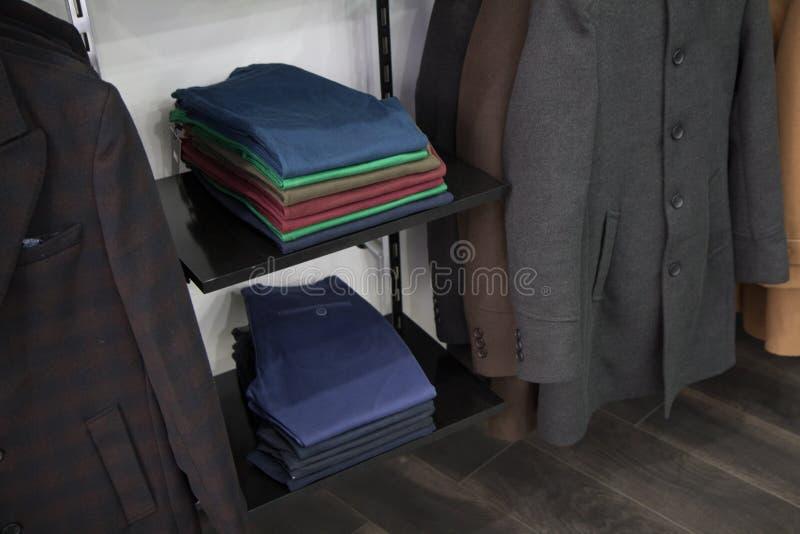 存放照片绅士,人时尚典雅仓库的样式,许多裤子,衣裳架子  库存照片