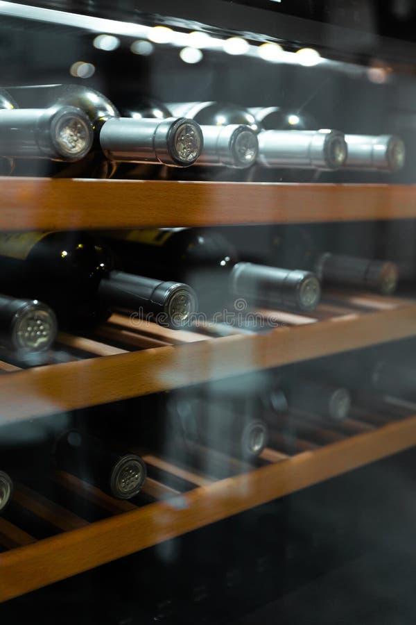 存放瓶酒在冰箱 酒精卡片在餐馆 冷却和保存酒 免版税库存照片