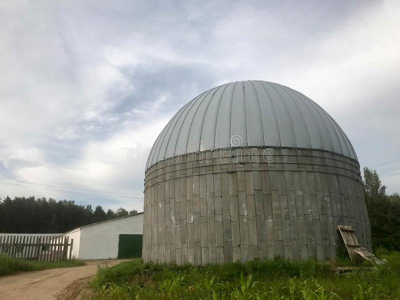 存放的五谷和玉米一个大圆的混凝土和金属谷仓 免版税库存照片