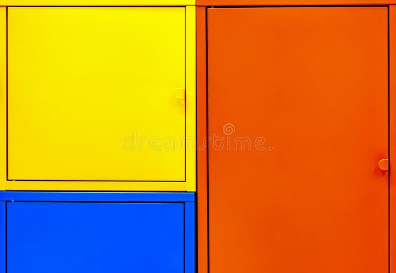 存放的工具或家庭项目多彩多姿的金属衣物柜 色的衣物柜背景  库存图片