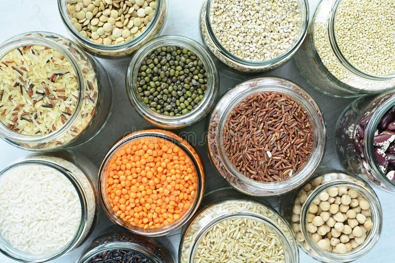 存放的是零的废物的豆类和面团玻璃容器 库存图片