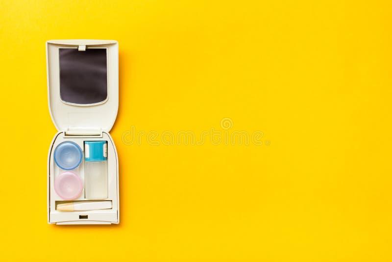存放的透镜辅助部件:一个瓶液体,容器 库存图片