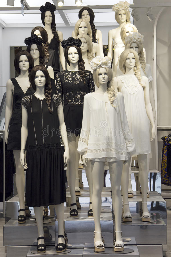 存放穿戴的时装模特在黑白boho礼服 免版税库存图片