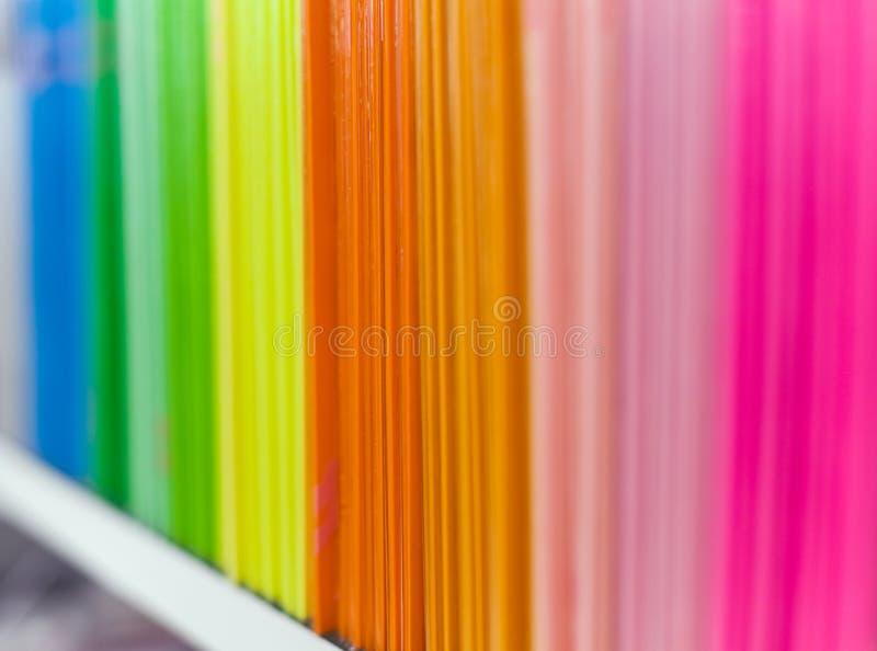 存档书架五颜六色的盖子文件 免版税库存照片