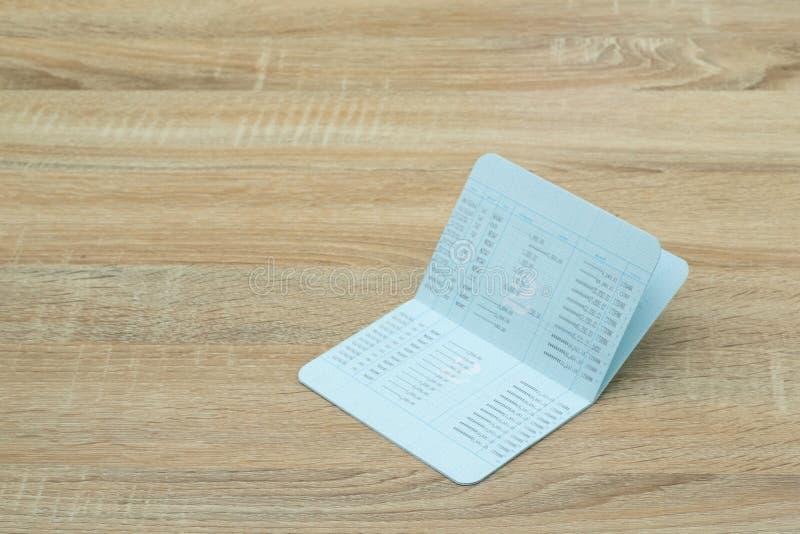 存款簿或帐薄,在木工作表, sav上的声明 库存图片