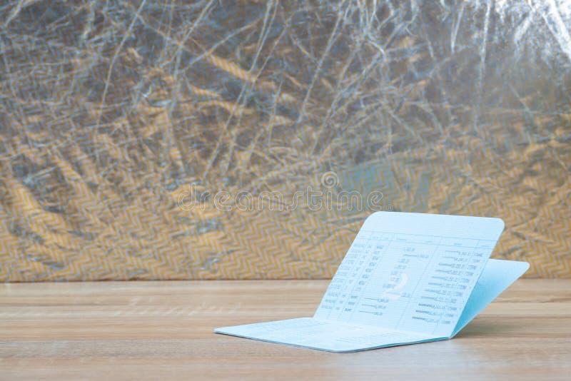 存款簿或帐薄,在木工作表, sav上的声明 库存照片