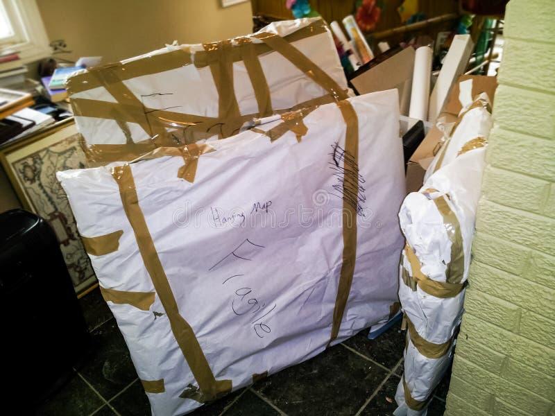 存贮或移动的包裹在移动的混乱中间指示了易碎 库存图片