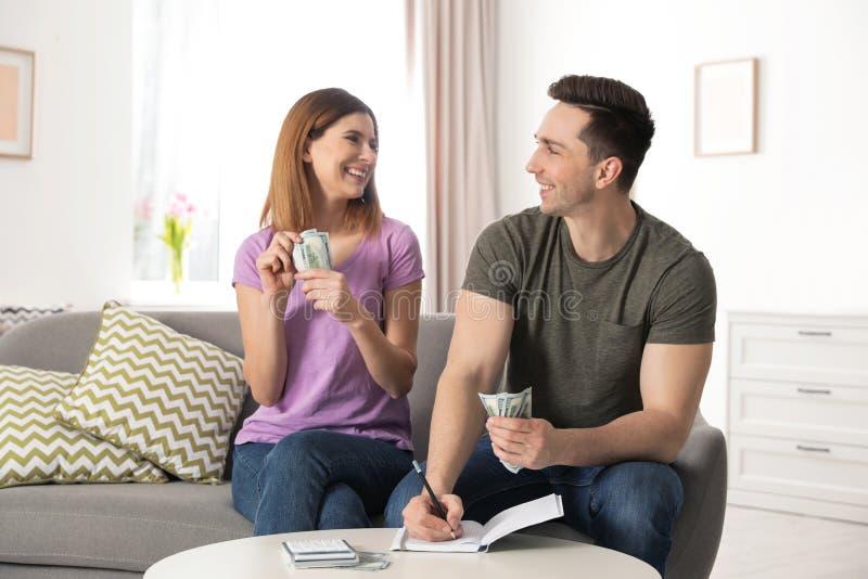 存金钱的夫妇处理的预算 免版税库存照片