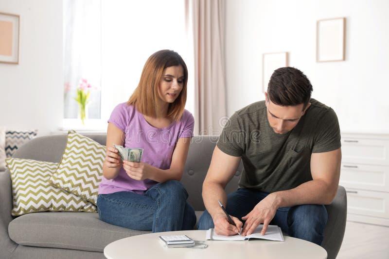 存金钱的夫妇处理的预算 库存照片