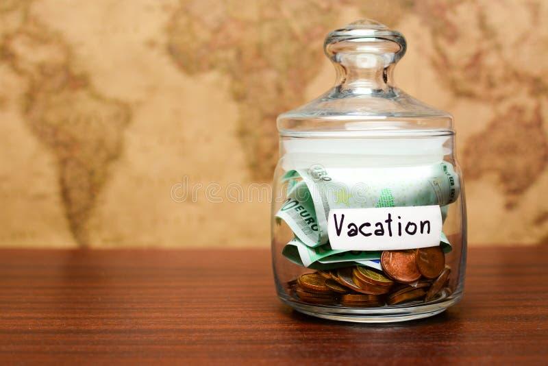 存钱罐为与欧元的假期与在背景的旧世界地图 金钱为假期 储积概念 免版税库存照片