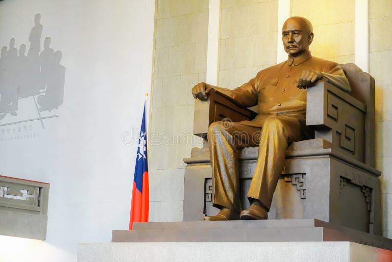 孙中山古铜色雕象在纪念堂安置在台北,台湾 免版税库存图片