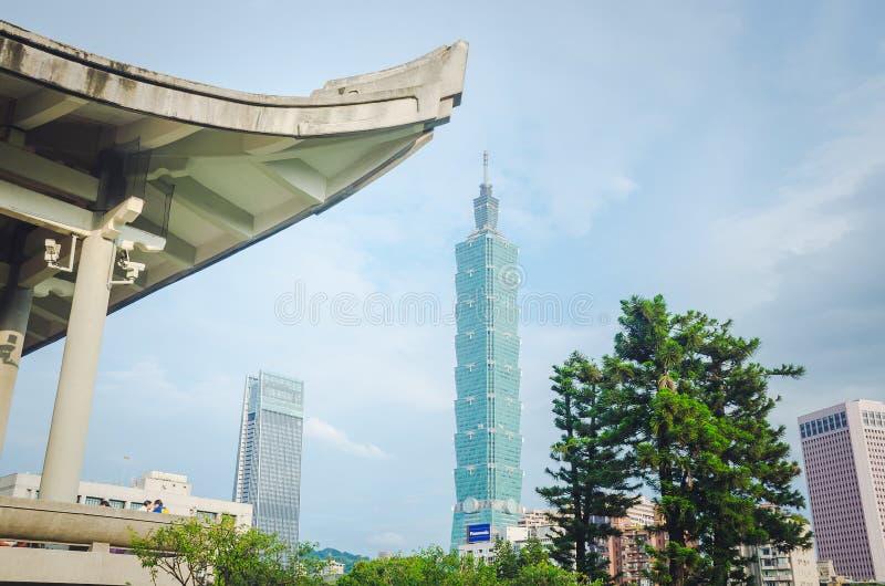孙中山雕象全国国立国父纪念馆的,有修造在背景的看法台北101 库存照片