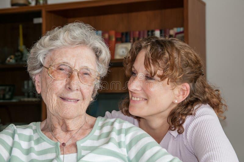 孙女和她的祖母画象  库存照片