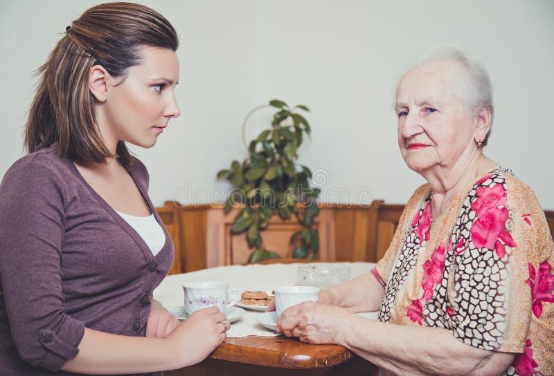 孙女和祖母担心 免版税库存图片