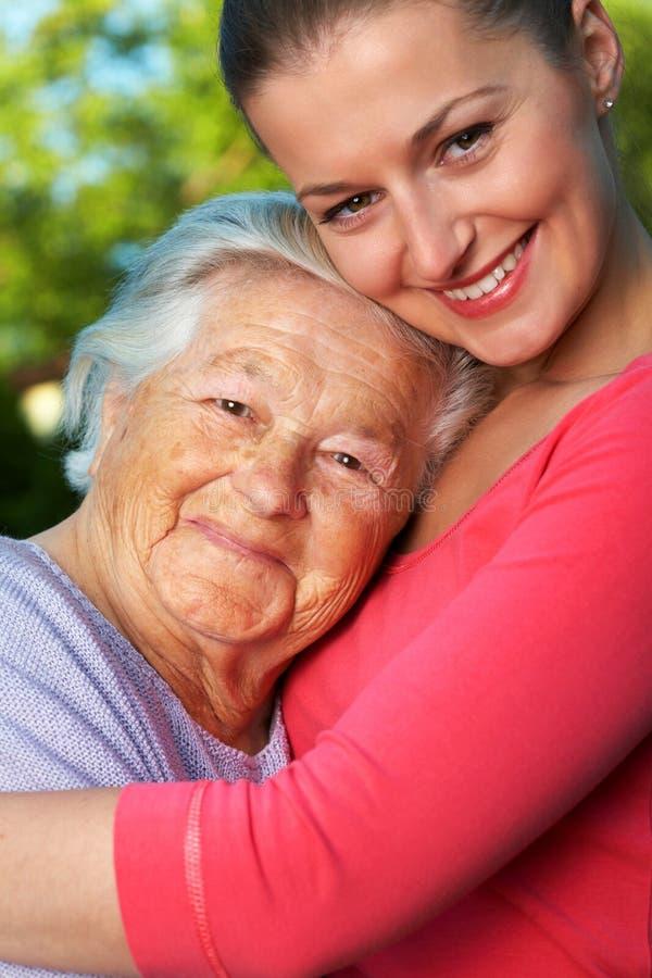 孙女她的高级妇女 免版税库存照片