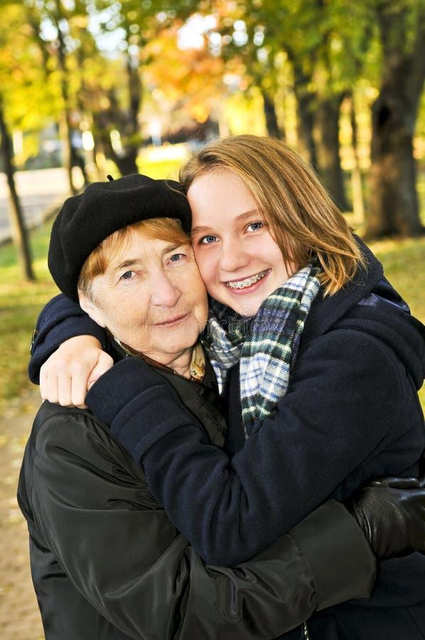 孙女祖母拥抱 免版税库存图片
