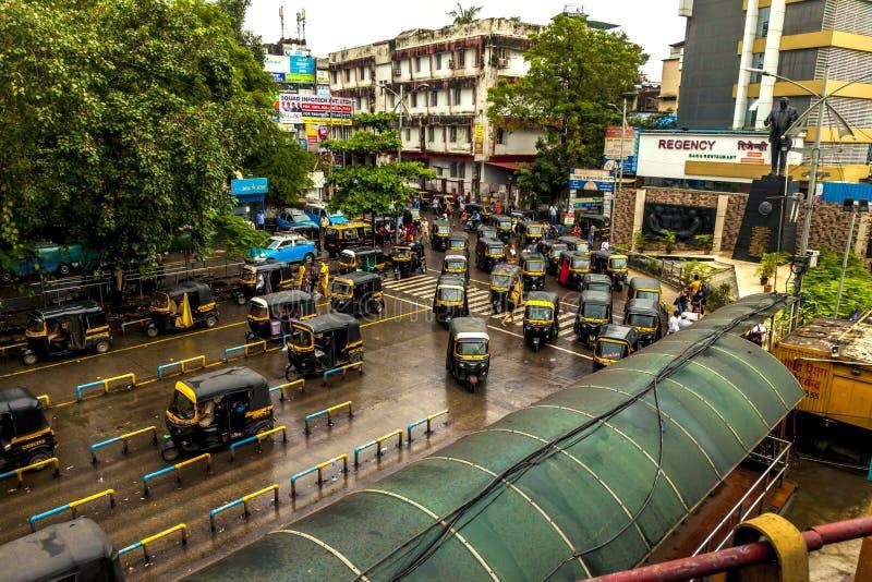 孟买大乡绅,印度- 2018年8月25日 Tuk等待在大乡绅的,主要城市的印度一大广场的tuk人力车在印度 免版税图库摄影