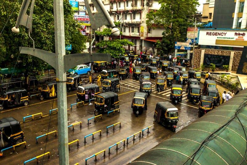 孟买大乡绅,印度- 2018年8月25日 Tuk等待在大乡绅的,主要城市的印度一大广场的tuk人力车在印度 免版税库存图片